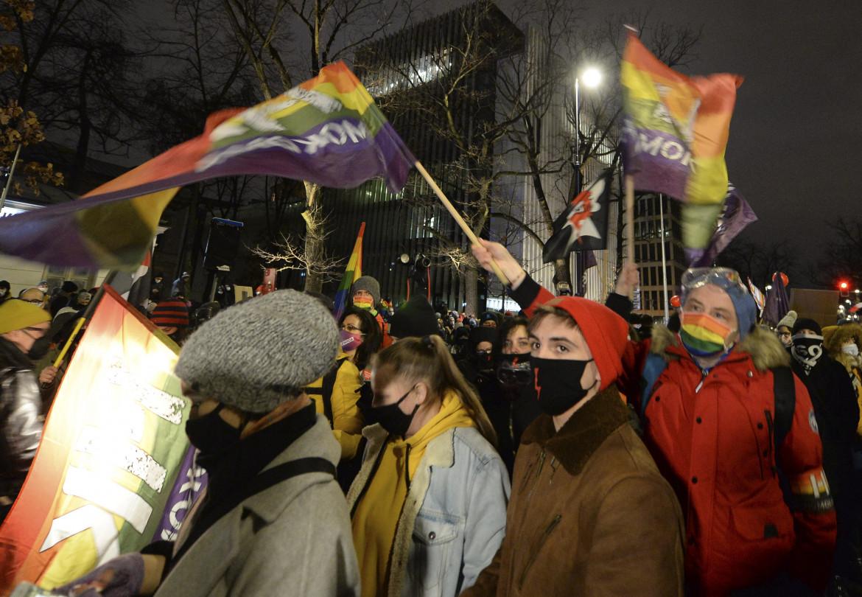 La manifestazione a Varsavia contro la legge sull'aborto foto Ap