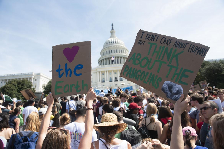 Una protesta ambientalista fuori dalla Casa Bianca