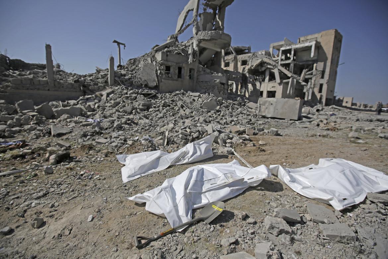Gli effetti di un raid aereo della coalizione a guida saudita nella provincia di Dhamar, Yemen sud-occidentale
