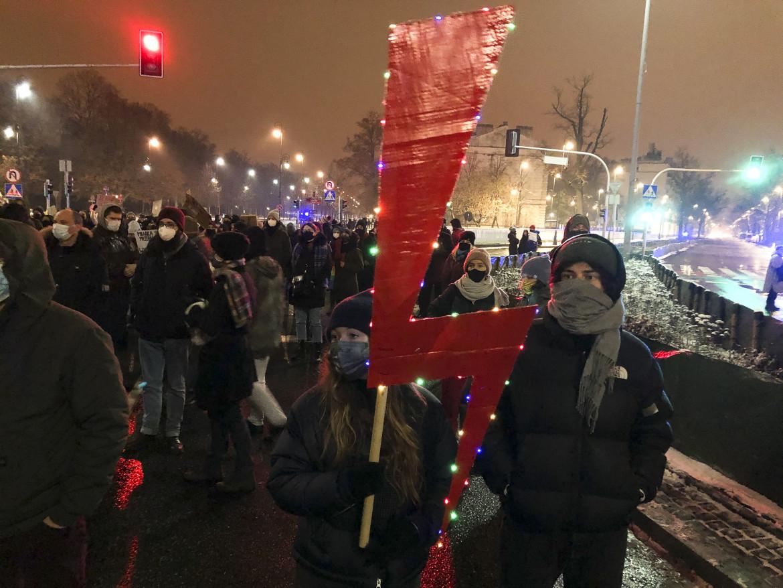 Il fulmine rosso, simbolo virale della protesta contro la sentenza che bandisce l'aborto terapeutico, nelle strade di Varsavia
