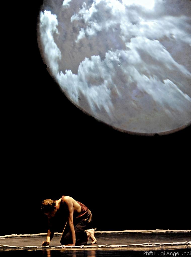 Jonathan Schatz  in «Hyperion»  di Bruno Maderna,  dall'omonimo romanzo  di Friedrich Hölderlin, allestimento scenico  di Muta Imago, 2015/  foto di Luigi Angelucci