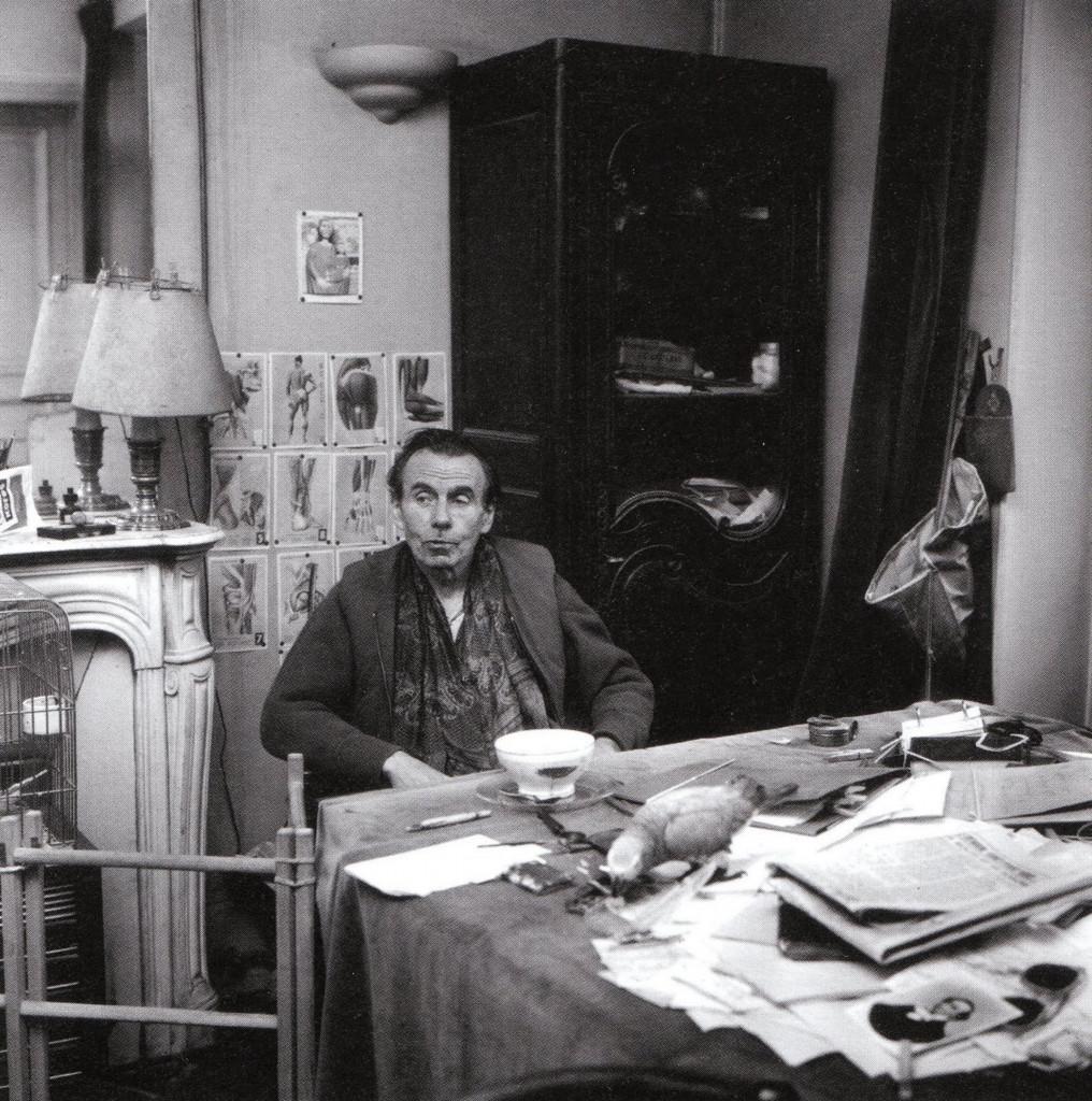 Louis-Ferdinand Céline nella sua abitazione  a Meudon, Parigi
