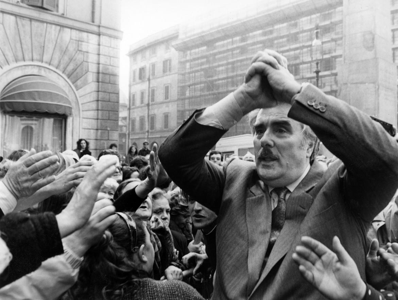 Vincenzo Muccioli davanti a Montecitorio durante una manifestazione delle