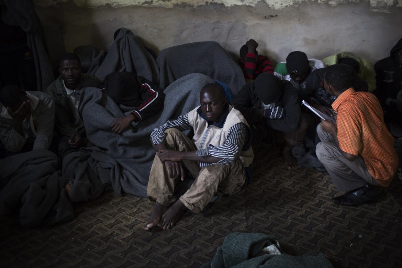 Persone detenute in un centro alle porte di Tripoli