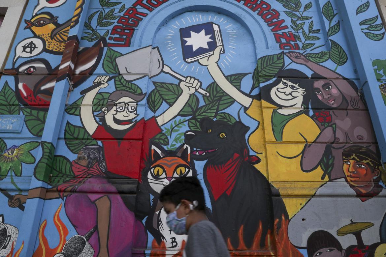 Santiago, un murale che racconta la lotta per mandare in pensione la Costituzione dell'era Pinochet e scriverne una nuova (Ap)