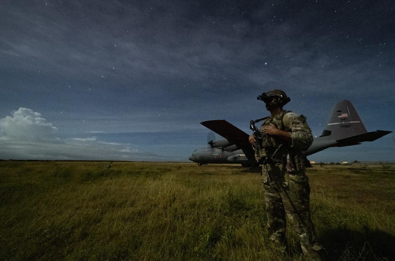 Militare Usa in Somalia sorveglia il ritorno di un C130 da una missione contro le postazioni di al Shabaab
