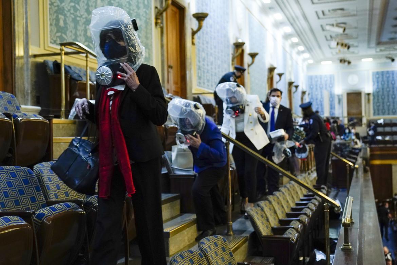 Parlamentari lasciano il Senato degli Stati Uniti indossando maschere antigas