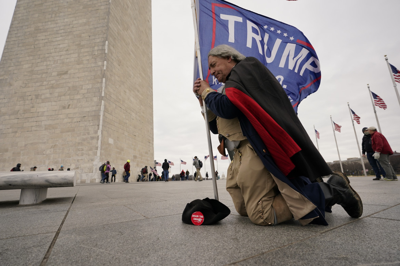 Un sostenitore di Trump durante l'assalto al Campidoglio