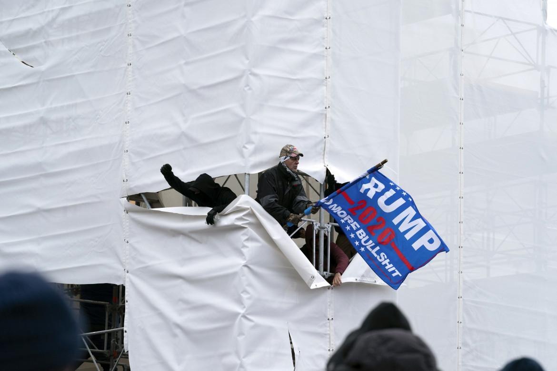 Un momento dell'assalto a Capitol Hill