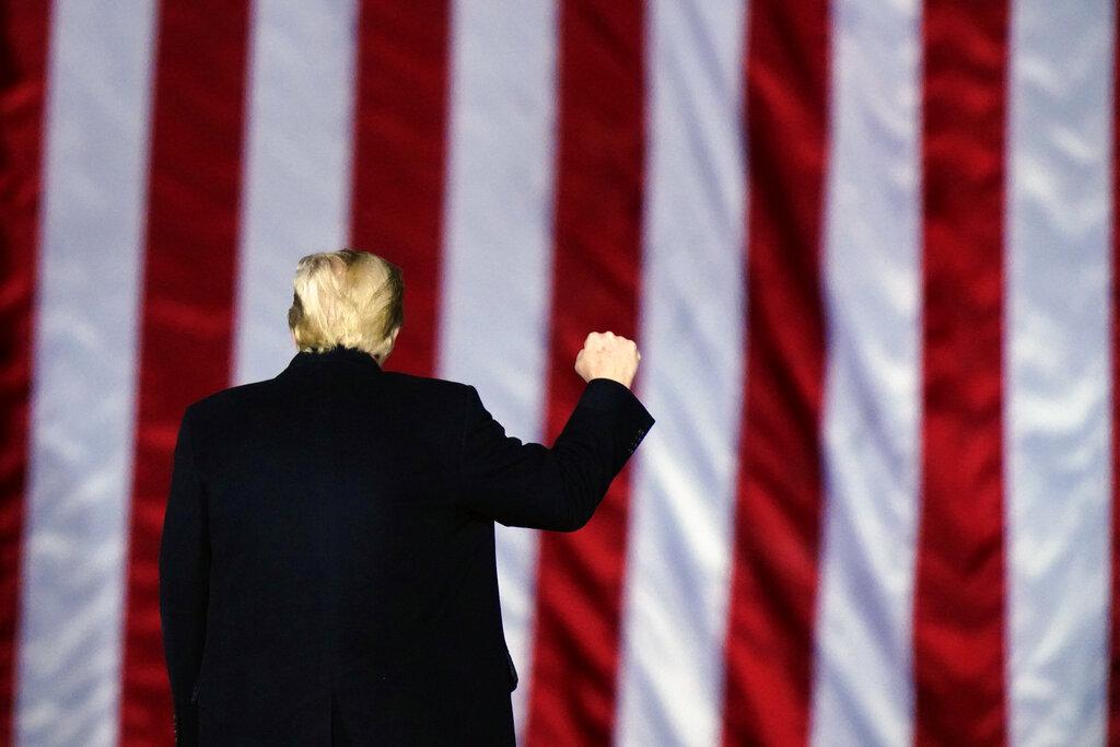 Donald Trump di spalle