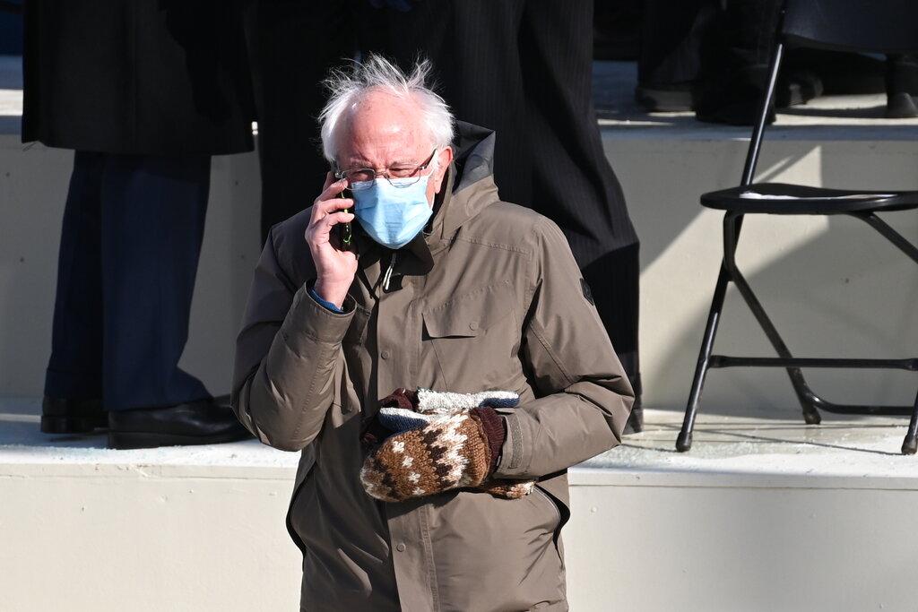 Sanders indossa i guanti alla cerimonia per l'insediamento di Biden