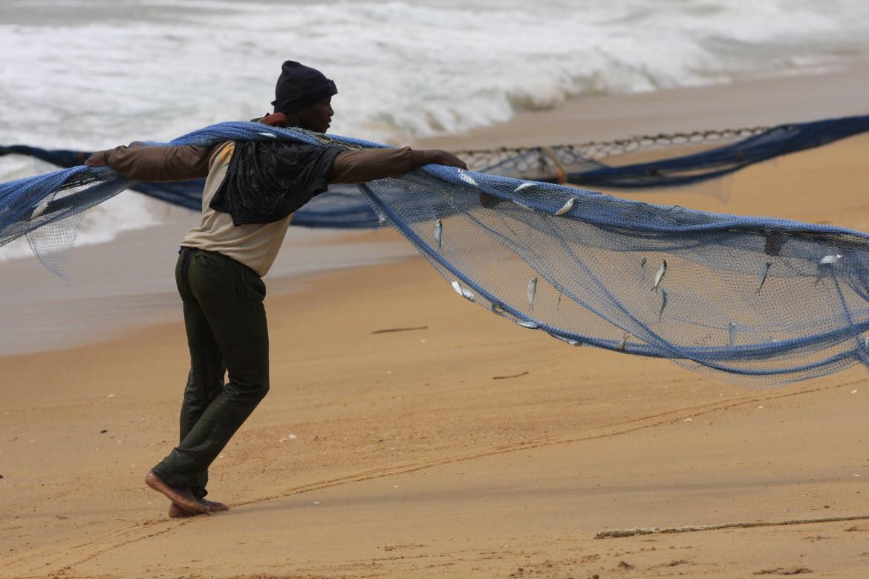 Un pescatore sulla spiaggia di Ouidah, in Benin