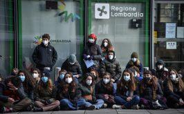 Milano la protesta degli studenti a palazzo Lombardia