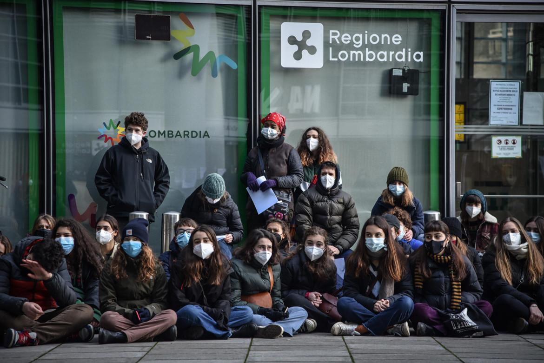 Protesta degli studenti davanti alla Regione Lombardia; in basso Attilio Fontana