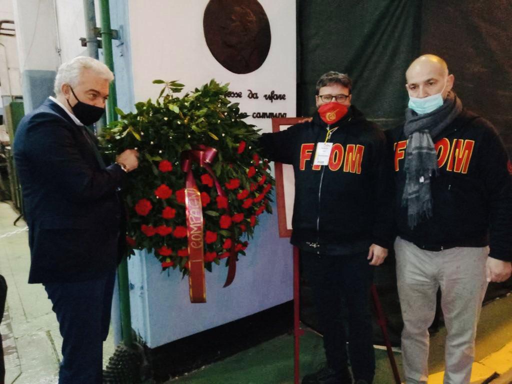Domenico Arcuri mentre depone una corona di fiori sul monumento che ricorda l'uccisione di Guido Rossa all'Ilva di Cornigliano (Genova)