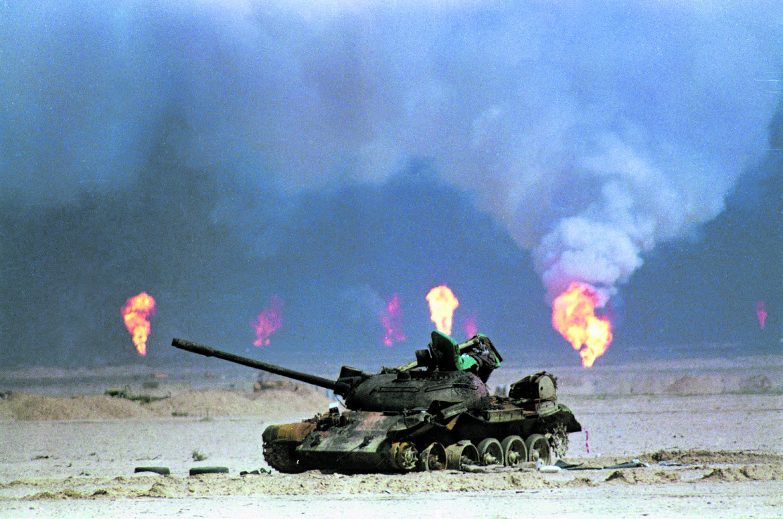 Nord Kuwait, Marzo del 1991. Un carro armato iracheno in fiamme vicino a pozzi di petrolio incendiati