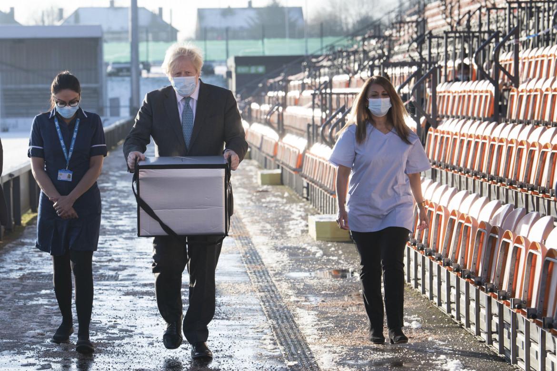 Il primo ministro britannico Boris Johnson trasporta un lotto di vaccini AstraZeneca