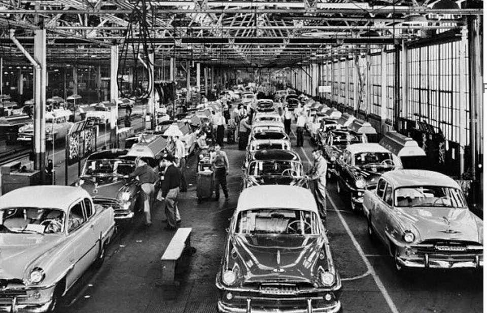 La linea  di produzione della Plymouth a Detroit nell'estate del 1954