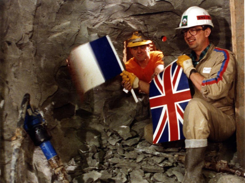 L'incontro degli operai inglesi e francesi sotto l'Eurotunnel il 1 dicembre 1990, in basso Edward Heath, Jeremy Thorpe e Roy Jenkins alla prima conferenza stampa della Gran Bretagna in Europa  il 13 maggio 1975