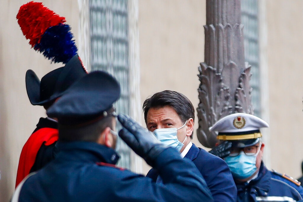 Giuseppe Conte all'ingresso del Senato