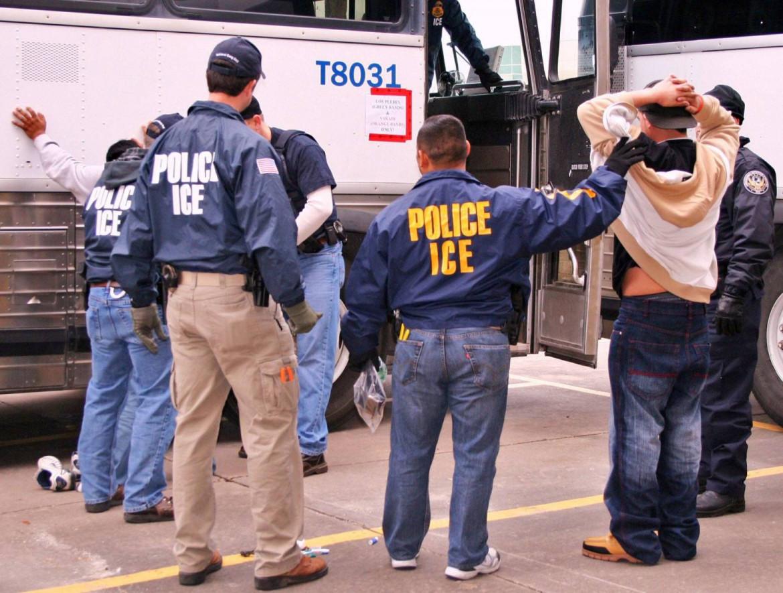 Agenti dell' Immigration and Customs Enforcement (ICE), l'agenzia federale anti migranti, in azione