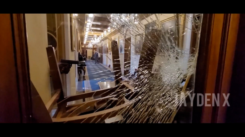 Un fotogramma da uno dei video girati da John Sullivan, poco prima che Ashli Babbitt venisse uccisa dalla polizia mentre sfondava una vetrata all'ingresso della sala del Congresso