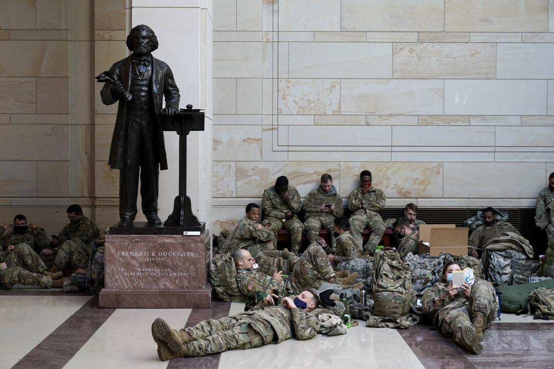 I soldati della Guardia nazionale accampati nel centro visitatori di Capitol Hill in vista dell'insediamento di Biden