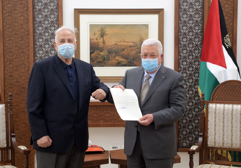 Abu Mazen consegna il decreto sulle elezioni al presidente della Commissione elettorale Hanna Nasser