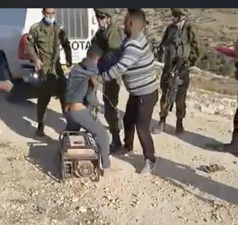 Nel fermo immagine da Twitter Harun Al Aram tenta di recuperare il suo generatore
