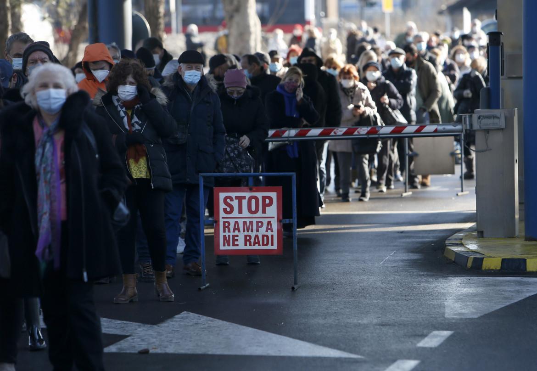 In fila per i vaccini a Belgrado