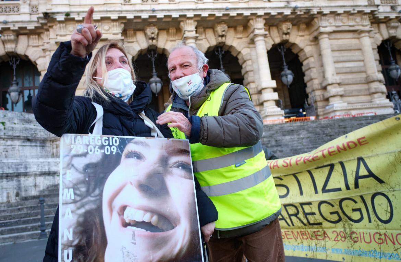 I familiari delle vittime della strage di Viareggio sotto la Corte di Cassazione a Roma in attesa della sentenza lo scorso gennaio
