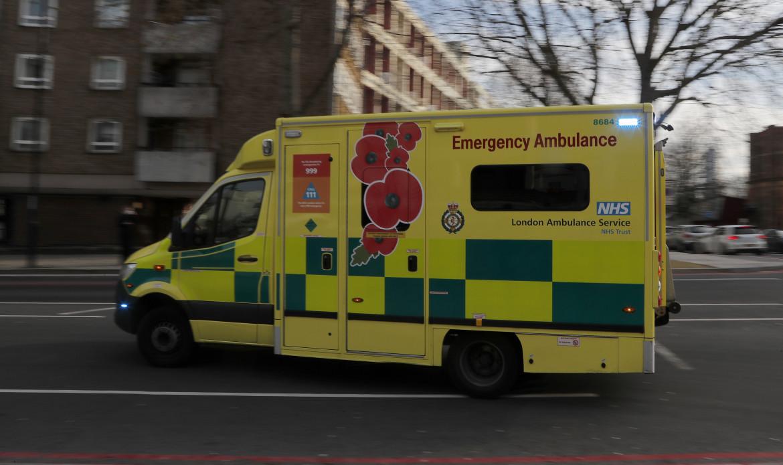 Un'ambulanza corre per le strade di Londra