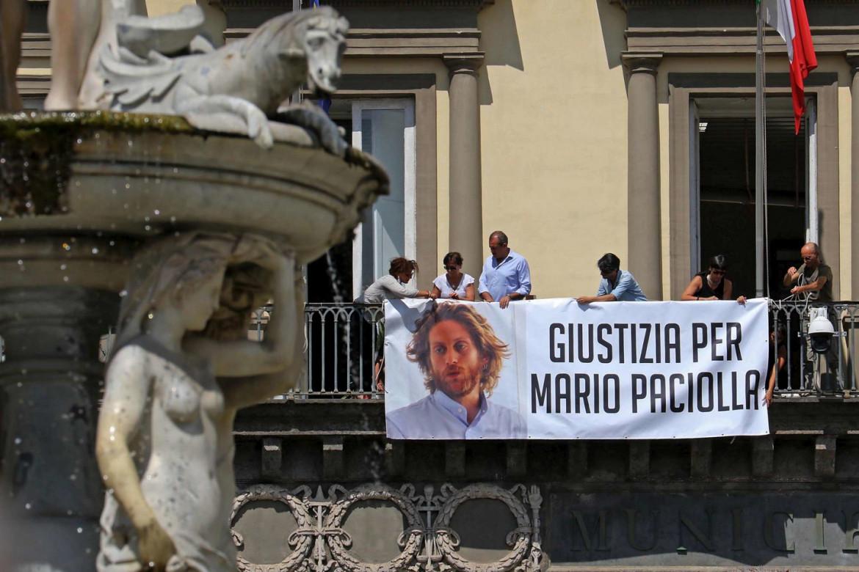 Su un balcone del municipio di Napoli per Mario Paciolla