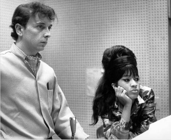 Phil in studio con la moglie Ronnie