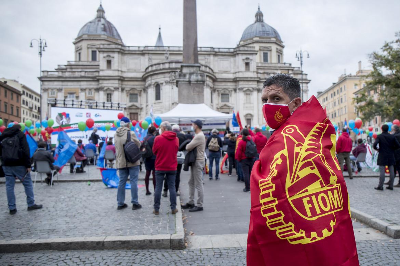 Un metalmeccanico della Fiom allo sciopero generale per il contratto di novembre