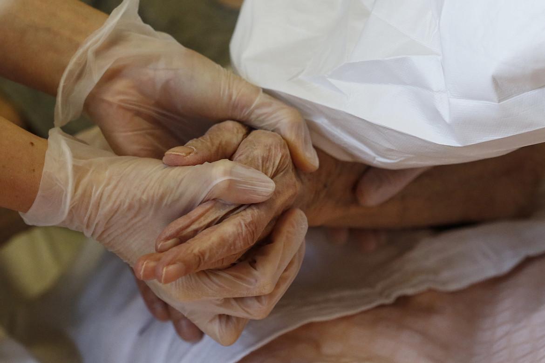 La Asl Roma1 inocula il vaccino Pfizer in una Rsa