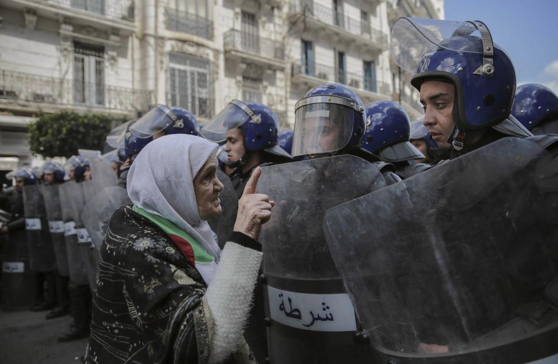 Un muro di poliziotti durante le proteste ad Algeri, dicembre 2019