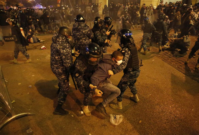 La violenza della polizia libanese contro i manifestanti