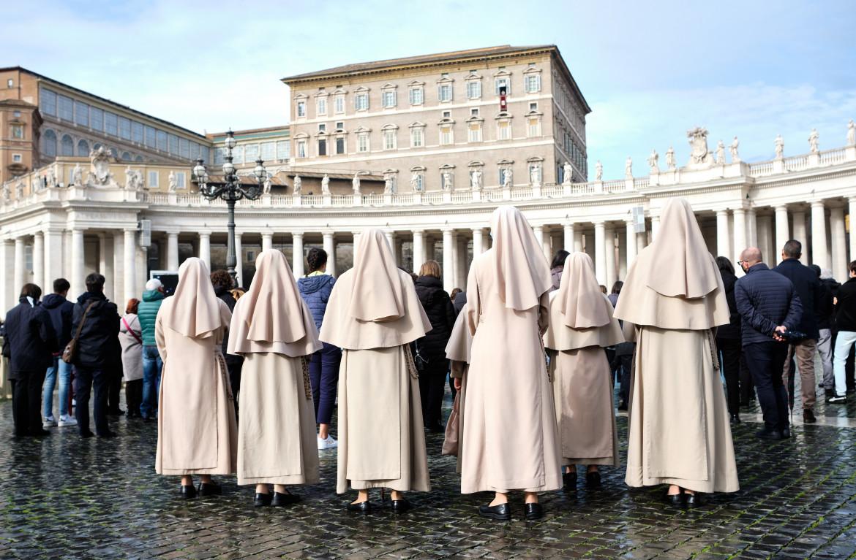 Gruppo di suore che assistono alla preghiera dell'Angelus