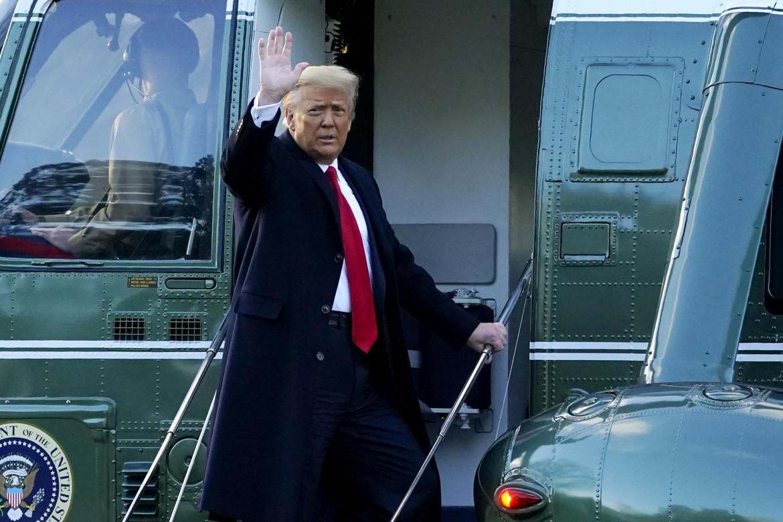 Donald Trump saluta prima di volare in Florida, primo presidente a disertare l'insediamento del successore dal 1869