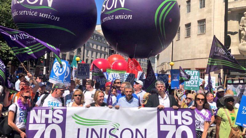 Una manifestazione del sindacato inglese Unison
