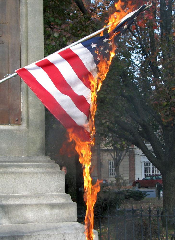 Bandiera Usa in fiamme