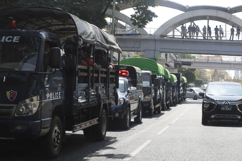 Militari per le strade birmane