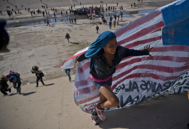 Migranti al confine tra Usa e Messico