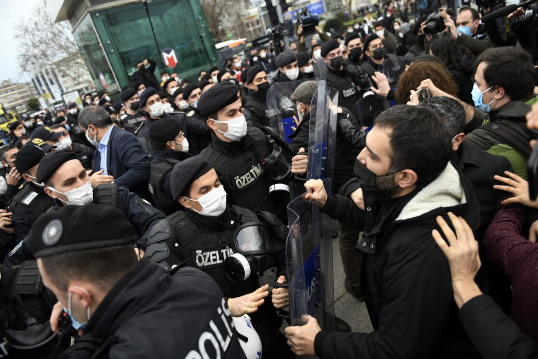 Scontri tra la polizia turca e gli studenti dell'Università Bogazici di Istanbul, mobilitati da settimane contro il rettore di Erdogan