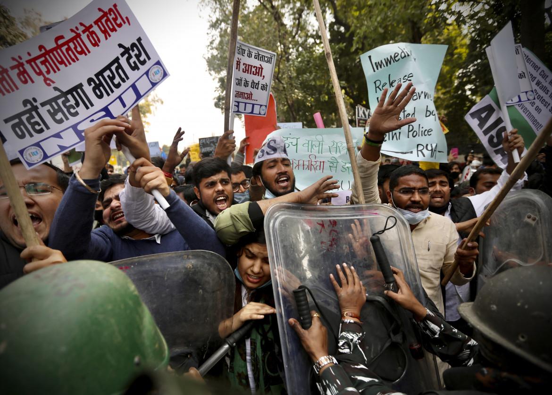 La polizia indiana cerca di bloccare la protesta dei contadini a Delhi