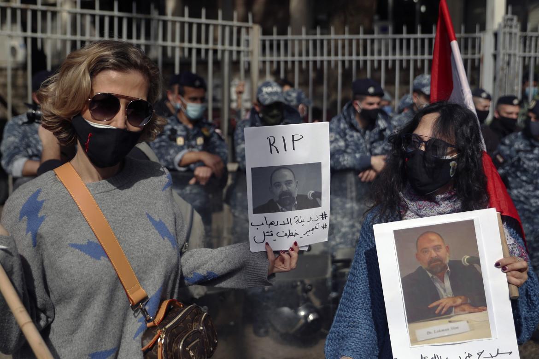 Sit-in di protesta dopo l'uccisione di Lokman Slim di fronte al Palazzo di Giustizia di Beirut