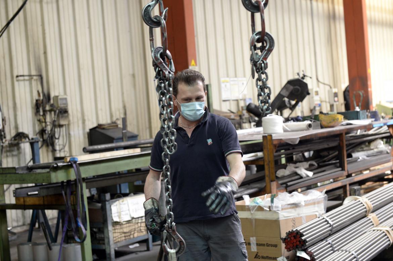 Un metalmeccanico al lavoro con la mascherina