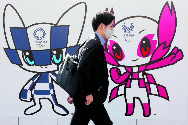 Un poster per promuovere le Olimpiadi di Tokyo, previste lo scorso anno e posticipate a quest'estate a causa del Covid