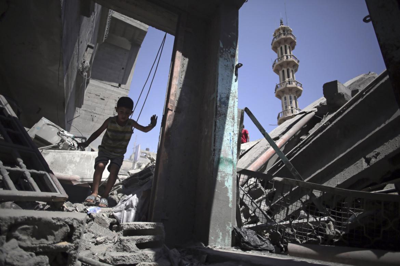 Gaza. Agosto 2014, un bambino palestinese tra le macerie della moschea al-Qassam di Nuseirat